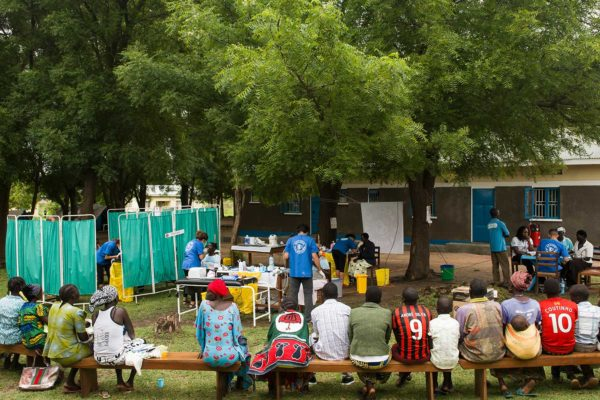 Acción Planetaria actuación odontológica en Uganda